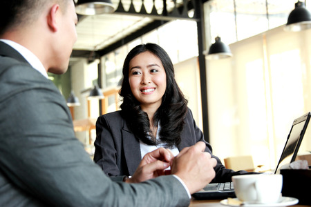 reuniones empresariales: retrato de dos hombres de negocios reunidos en la cafetería durante el tiempo de descanso en cafetaria