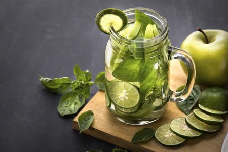 albahaca: Verano de frutas frescas preparados mezcla de agua infundida de Apple, cal y albahaca Foto de archivo