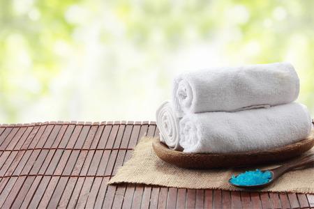 toallas: Un retrato de una toalla enrollada en una bandeja, el concepto de spa Foto de archivo