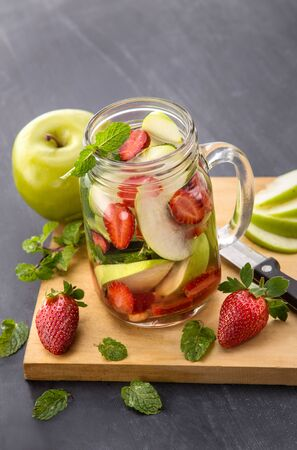 menta: Summer fresh fruit Flavored infused water mix of apple, strawberry and mint Foto de archivo