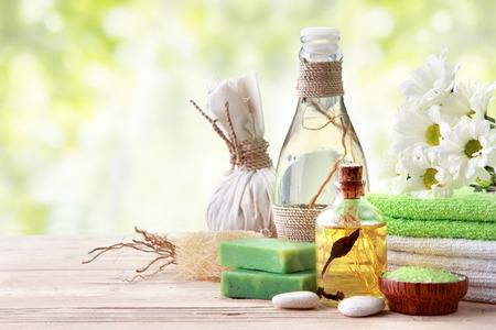 Spa Stilleben mit ätherischem Öl, Salz und Handtuch