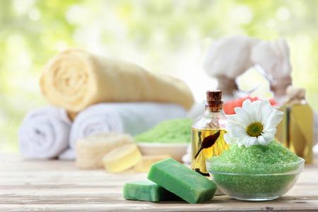 Stilleven van het kuuroord met essentiële olie, zout, orchidee en handdoek Stockfoto - 42856001