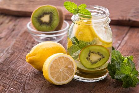 夏のフレッシュ フルーツ味付け注入水レモンとキウイのミックス 写真素材