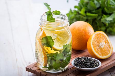 menta: Fruta fresca de verano con sabor infusión de agua de la hoja de naranja y menta
