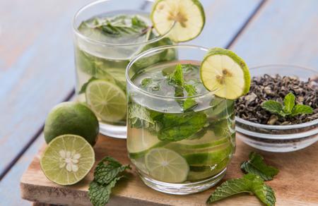 menta: Fruta fresca de verano con sabor a mezcla de infusión de agua de té verde, limón y hojas de menta