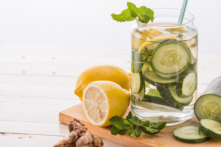 Summer fresh fruit Flavored infused water mix of cucumber and lemon Zdjęcie Seryjne - 43524762