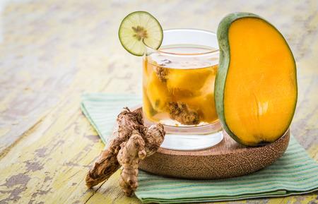 jengibre: Verano de frutas frescas preparados mezcla de agua infundida de mango y jengibre Foto de archivo