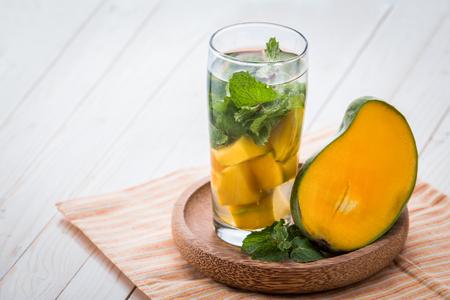 menta: Fruta fresca de verano con sabor a mezcla de infusión de agua de mango y hoja de menta