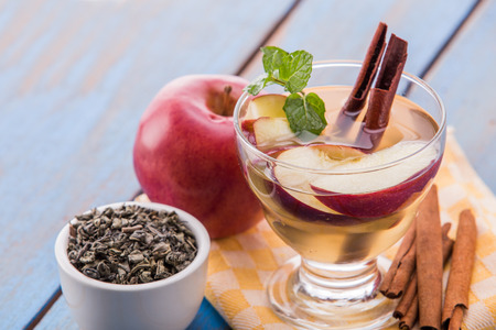 manzana: Verano de frutas frescas preparados mezcla de agua infundida de té verde, canela y manzana
