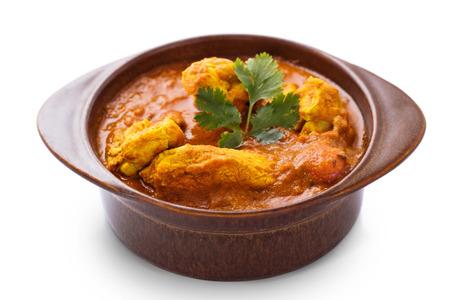 chicken curry: indische Chicken Curry serviert in Keramik isoliert auf wei�em Hintergrund