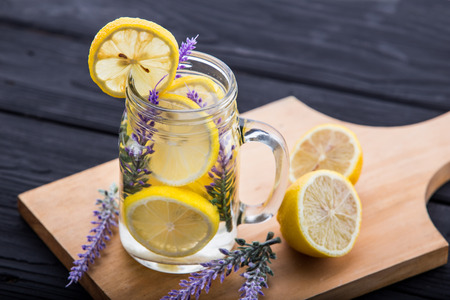 Summer fresh fruit Flavored infused water of lemon and lavender Zdjęcie Seryjne - 43524947