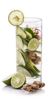 jengibre: Fruta fresca de verano con sabor infusión de agua de lima y jengibre