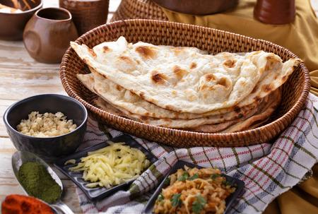 Vollständige Porträt des indischen Naan-Brot mit einigen Zutaten der indischen Küche Standard-Bild - 43524965