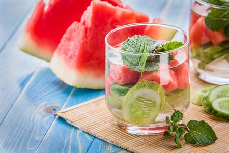 夏フルーツ水を注入された味付けはキュウリ、スイカとミントの葉のミックスします。