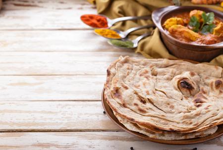 thực phẩm: chân dung của bánh prata indian và cà ri gà với copyspace