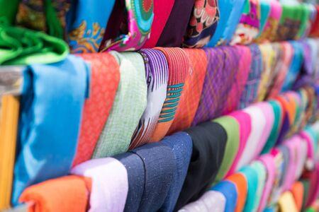 市場内の行の色のシルク スカーフの肖像画