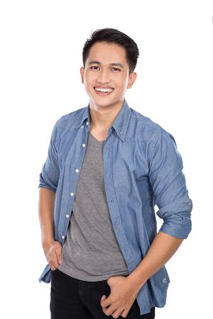 Asian male model: Một bức chân dung của một người đàn ông châu Á trẻ đặt ra tay trên eo, mỉm cười với máy ảnh