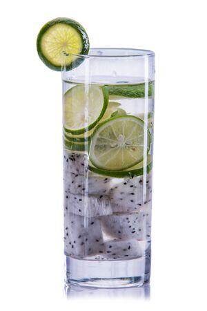 jugo de frutas: fruta fresca con sabor a mezcla de infusión de agua de la fruta del dragón y de la cal. aislado sobre fondo blanco