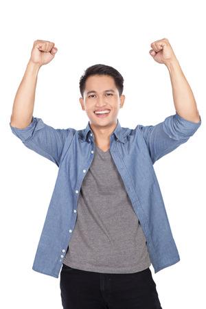 행복하고 흥분된 젊은 아시아 남자의 초상화 흰색 배경에 고립