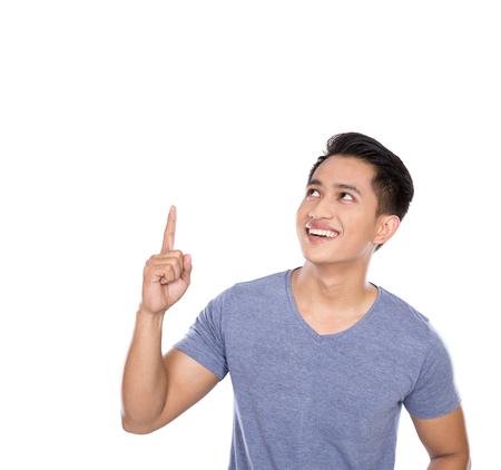 아이디어 손 제스처를 받고 젊은 아시아 남자의 초상화. 공간을 복사 가리키는