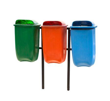 botes de basura: Un retrato de bin de tres basura en diferentes colores aislados sobre fondo blanco