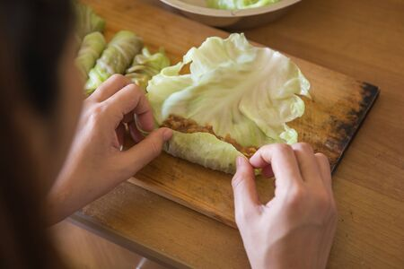 repollo: Un retrato de procesamiento para hacer una envoltura de carne en la col. col receta rollo
