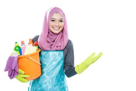 mandil: retrato de ama de casa que lleva cubeta de retención hijab completo de limpieza y presentar copia espacio aislado en el fondo blanco Foto de archivo
