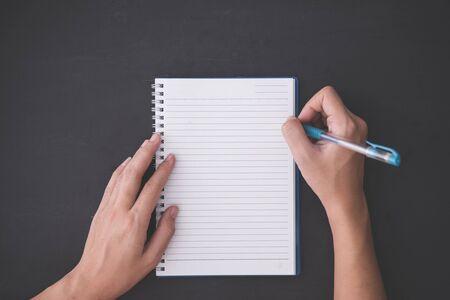 kugelschreiber: Ein Portrait von Hand mit Stift, mit einem leeren Notizen über Tafelhintergrund