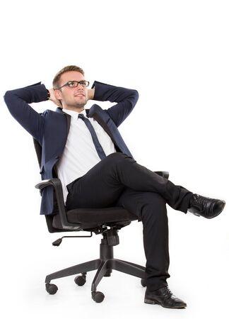 Ritratto di pensiero d'affari, mentre seduta, isolato su sfondo bianco