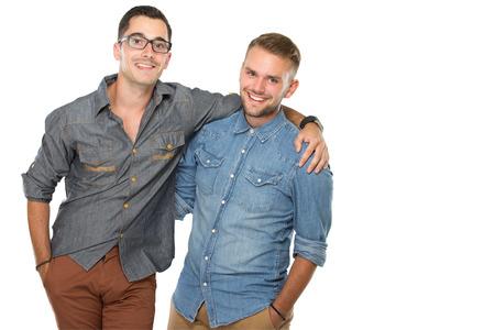웃 고, 격리 된 가까이 서 두 젊은 남자의 초상화 흰색 배경 위에