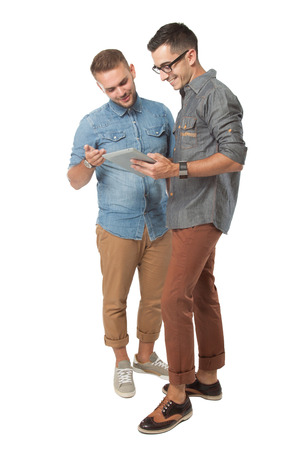 dos personas hablando: retrato de dos hombres jóvenes que buscan en un Tablet PC, aislado sobre fondo blanco