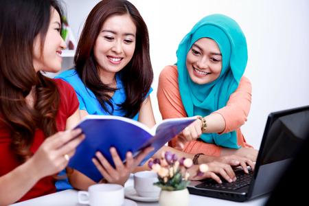 close-up portret van drie studenten bespreken over hun onderwerp van de lezing Stockfoto