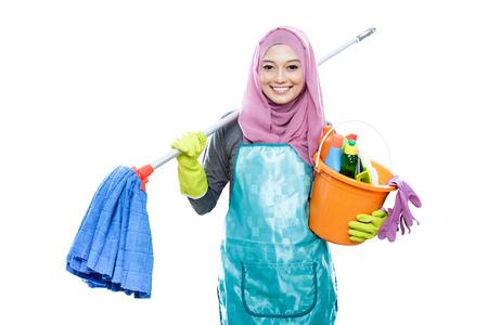 mucama: retrato de alegre ama de casa que llevaba celebración mop hijab y llevando un cubo lleno de productos de limpieza aislados sobre fondo blanco