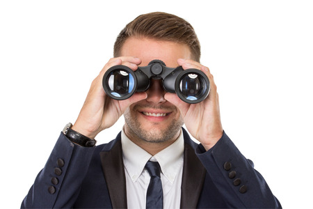 visage homme: Portrait d'affaires en utilisant une paire de jumelles, souriant, conceptuel. prêt pour votre conception
