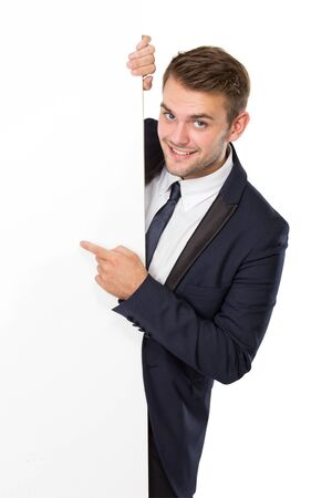 hoja en blanco: retrato de hombre de negocios con una cartelera en blanco, sonriendo. aislado sobre fondo blanco