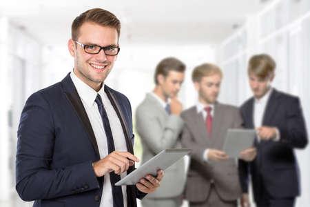 personas de pie: Grupo de hombre de negocios usando un Tablet PC para su trabajo