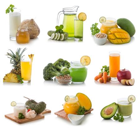 jugo de frutas: fresca compilación smoothie mezcla de algunas frutas aisladas sobre fondo blanco Foto de archivo