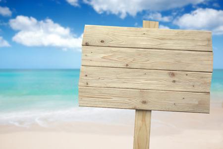 해변에서 빈티지 소박한 나무 기호의 초상화