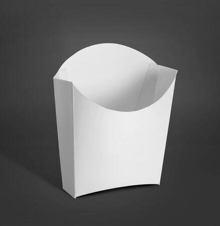 comida rapida: Paquete contenedor blanco para las patatas fritas, patatas fritas o productos alimenticios maqueta sobre fondo gris oscuro