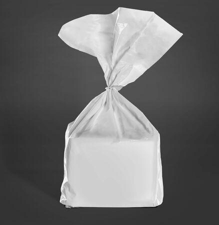 bolsa de pan: paquete de pan maqueta sobre fondo gris oscuro. listo para su diseño Foto de archivo