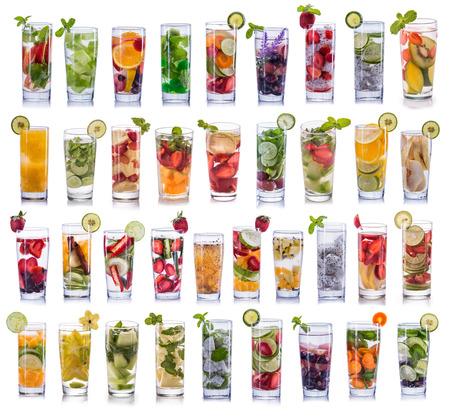set verzameling en opstelling van zoet water met citroensap geïsoleerd over witte achtergrond Stockfoto