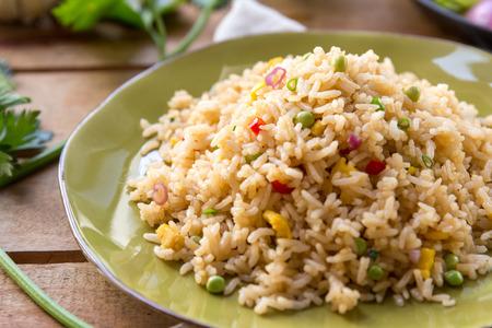 chinesisch essen: Nahaufnahme Porträt einer Platte von gebratenem Reis nach oben