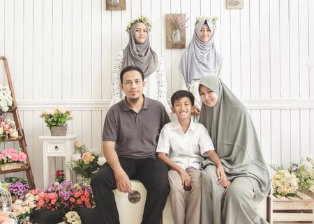 retrato de familia feliz en habitación decorada