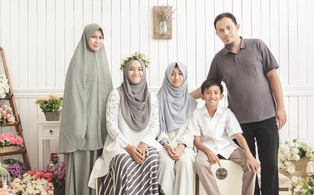 Portret van gelukkige familie op ingerichte kamer
