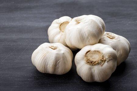 full frame portrait of fresh garlic on black board for table 스톡 콘텐츠
