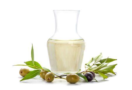 aceite de oliva: aceitunas y aceite de oliva aisladas sobre fondo blanco