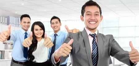 Un portrait d'un groupe d'employés, Pouce levé