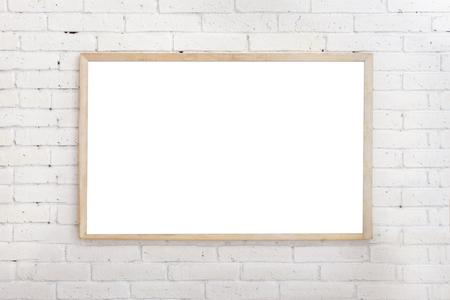 retrato de pizarra en blanco con marco de madera en la pared de ladrillo ehite
