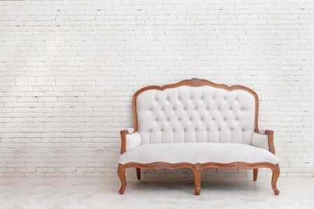 vollständige Porträt von White klassischen Stil Sofa auf weißer Backsteinmauer mit Kopie Raum
