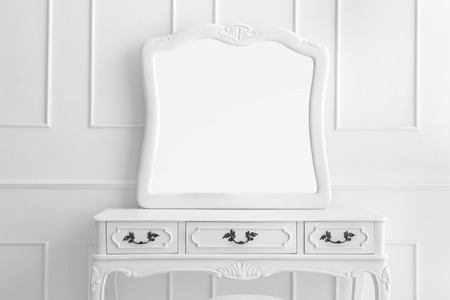빈티지 서랍 테이블 세 서랍과 거울을 설정의 초상화 스톡 콘텐츠